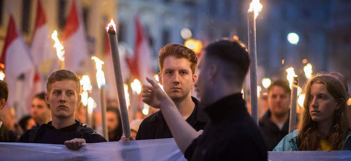 ÖVP und SPÖ wollen die Identitären (hier am Wochenende bei ihrer Kundgebung) am liebsten verbieten.