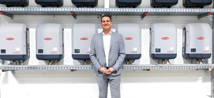 Lukas Scherzenlehner, Vorstand der Cleen EnergyAG, vor den Wechselrichtern der 400-KWP-Anlage eines Firmenkunden.
