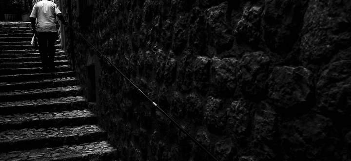 Alter Mann steigt Treppe in Altstadt hinauf Fornalutx Mallorca Balearische Inseln Spanien Europa
