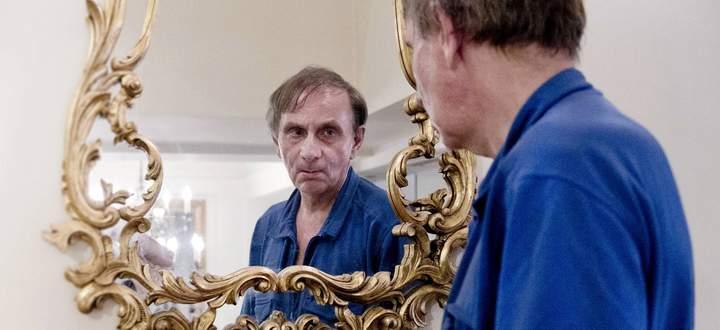"""Eingerichtet im """"Hotel Abgrund"""": Erschreckend klare Spiegel einer Männerseele sind Houellebecqs Romane, """"Serotonin"""" bringt eine neue Zutat hinein: die Frage nach der eigenen Schuld."""