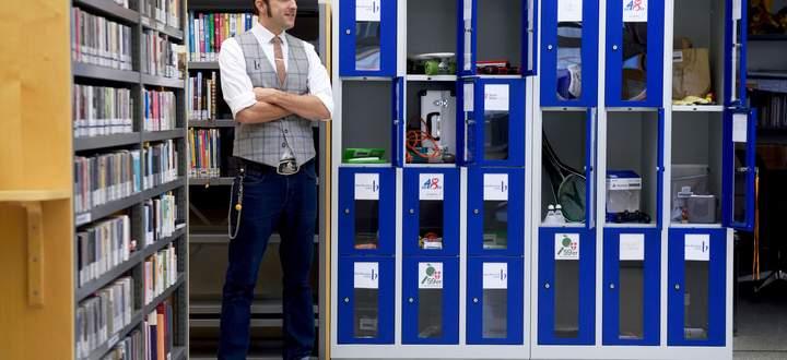 In der Bücherei am Schwendermarkt bei Büchereileiter Christian Schneider kann man auch Skateboards, Trommeln oder Lupen ausborgen.