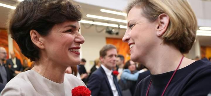 Damals durfte man sich noch persönlich näher kommen, heute geht es nur noch politisch: SPÖ-Vorsitzende Pamela Rendi-Wagner (l.) und Neos-Chefin Beate Meinl-Reisinger bei der konstituierenden Sitzung des Nationalrats vor einem Jahr.