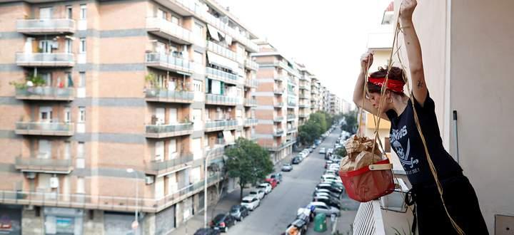 Alltag in der Quarantäne: Eine italienische Köchin hat einer Freundin ein Mittagessen vorbereitet – und respektiert zugleich Ausgangssperre und Sicherheitsabstand.