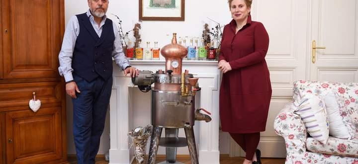 Alexandra Ghuneim ist professionelle Gin-Macherin, ihr Mann Nahed brennt lieber hobbymäßig Schnäpse. Derzeit wird gerade Schlehen-Gin (oben) produziert.
