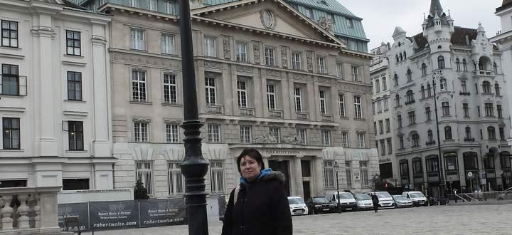 Gabriele Hasmann AM Hof vor dem Hotel Hyatt