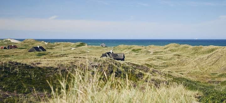 Geduckt zwischen Dünen: Dänische Ferienhäuser fügen sich gern in die Natur ein.