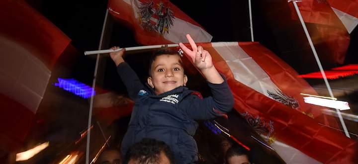FLUeCHTLINGE: DANKESMARSCH SYRISCHER FLUeCHTLINGE 'REFUGEES SAY DANKE OeSTERREICH'