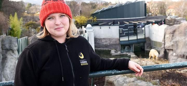 Tierpflegerin Alessa Esau kümmert sich im Tiergarten Schönbrunn hauptsächlich um die Eisbären (rechts im Hintergrund: Eisbärenmännchen Ranzo).