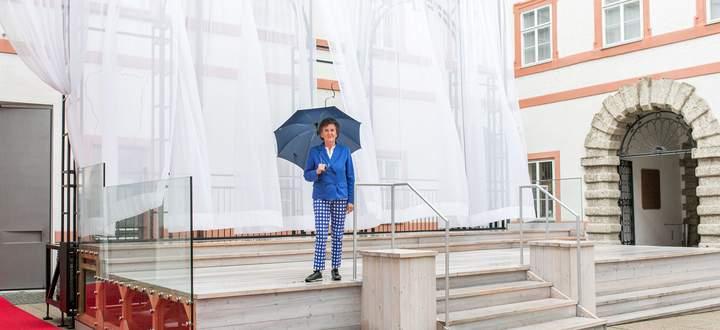 """Bereit für den """"Jedermann"""": Präsidentin Helga Rabl-Stadler auf dem kleineren Nachbau der Bühne von 1920 – ein Objekt der Landesausstellung im Salzburg-Museum."""