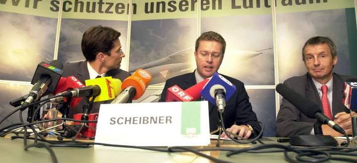 Karl-Heinz Grasser, Herbert Scheibner und Martin Bartenstein (v. l.) präsentieren die Gegengeschäftsvereinbarung.