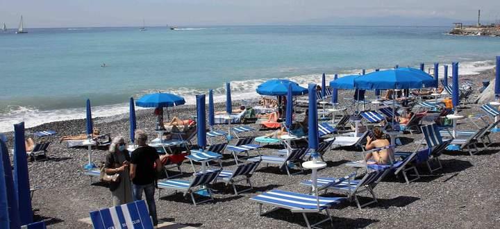 Foto IPP/Alfonso Cannavacciuolo Genova 24/05/2020 Emergenza Coronavirus Fase 2 nella foto: bagnanti in spiaggia corso it