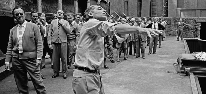 """Herbert von Karajan nach seiner """"Machtübernahme"""" in Salzburg 1957: In der Felsenreitschule produzierte er Beethovens """"Fidelio"""" und dirigierte den Gefangenenchor bei der Probe auch szenisch."""