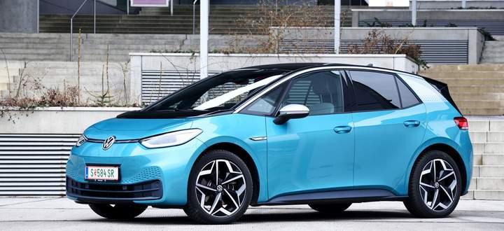Windschlüpfrig geformte Karosserie, Styling zwischen neuartig und vertraut: VW ID.3. Auffallend langer Radstand: Es gibt viel Platz zwischen Achsen und vorn keinen Motor.