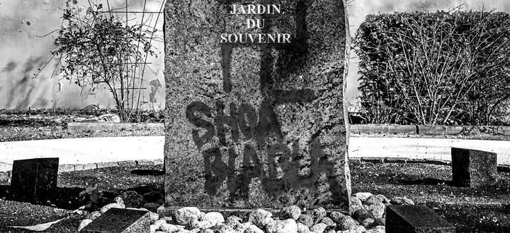 Sind Neonazis derselben Kategorie zuzuordnen wie mit Palästina solidarische Gruppen? Geschändete Gedenkstätte in Frankreich, 2019.