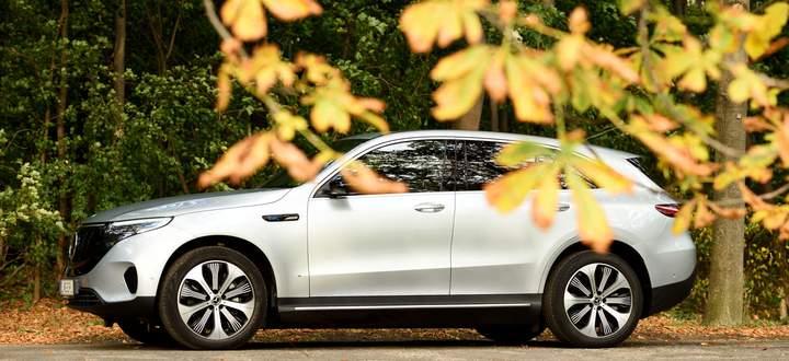 Leisetreter, solang er durch Tempo-30-Zonen rollt: Der Mercedes EQC beeindruckt nicht nur als Elektroauto, sondern auch als Auto. Mit dem konventionellen GLC teilt er sich Plattform und Radstand.