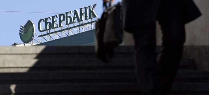 Blick aus einer Moskauer Unterführung auf das Logo der Sberbank. Der Riese ist quasi ein Staat im Staat.