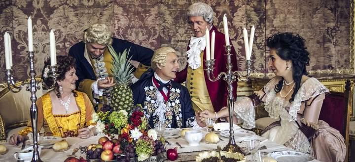 Festtafel mit Stubenküken und Ananas. Reenactment-Szene, Schloss Stupinigi bei Turin.