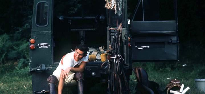 Der 26-jährige Charles, Prince of Wales, und sein braves Arbeitstier. Den Land Rover gibt es seit 1948.