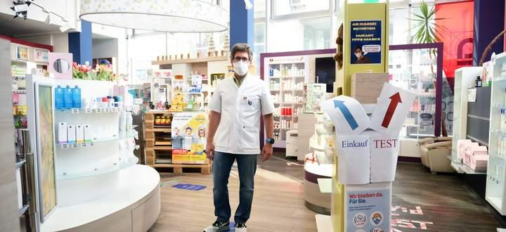 Apotheker Dominik Kaiser in seiner Ludwigs-Apotheke in Simmering. Seine Mitarbeiter sprechen auch Türkisch, Rumänisch und Syrisch.