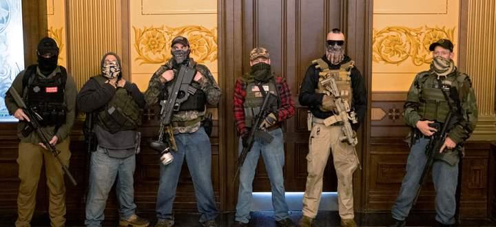 Die Probe aufs Exempel. Schon im Frühjahr drangen bewaffnete Milizionäre ins Parlament von Michigan ein, um gegen den Lockdown und die Gouverneurin zu demonstrieren.