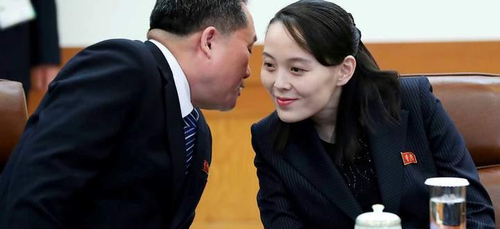 Sie gibt derzeit den Ton an: Kim yo Jong, Schwester des Diktators Kim - im Bild mit Außenminister Ri Son-gwon.