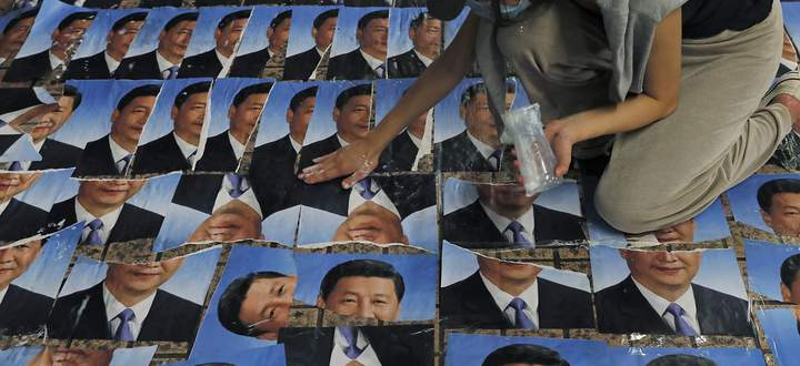Omnipräsent selbst in Hongkong bei einer Protestaktion – und im Rest Chinas sowieso: Xi Jinping, seit sieben Jahren an der Macht, entwickelt Züge eines Personenkults, der viele an Mao erinnert. Der Präsident führt die kommunistische Partei und die Volksrepublik mit harter Hand.