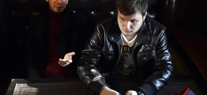 Hooligans des Humors: Wladimir Kusnezow (l.) und sein Kollege Alexej Stoljarow (r.) 2016 in einem Moskauer Café.