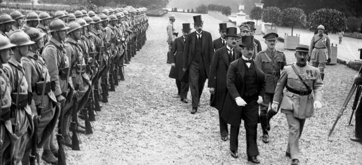 Verhandeln war nicht erlaubt. Die ungarische Delegation auf dem Weg zur Unterzeichnung des Friedensvertrags am 4. Juni 1920.