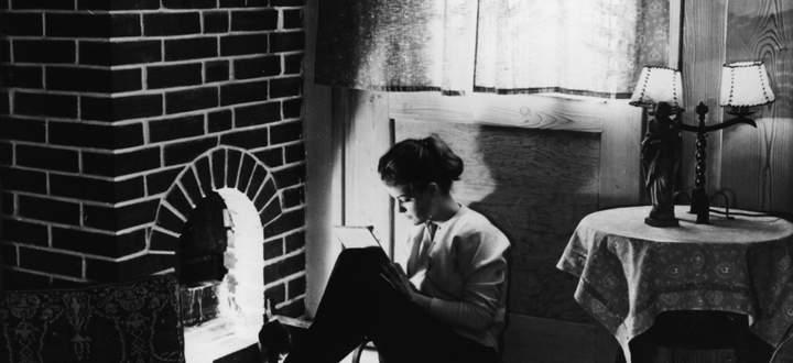"""""""Wir existieren, weil Briefe es belegen."""" Romy Schneider, 17 Jahre alt, beim Schreiben eines Briefes (Aufnahme von 1955)"""