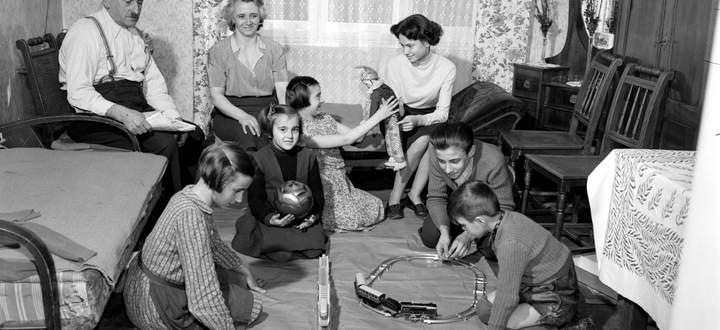 Wohnzimmer einer Familie aus dem Jahr 1955. Für Frauen waren Sicherheit und Stabilität wichtig, es kam zu einer hohen Zahl von Eheschließungen.