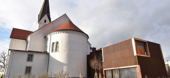 Außenansicht der Pfarrkirche St. Georg in Lauterach mit neuem Pfarrheim.