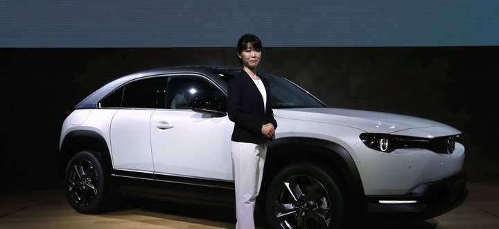 Selten genug steht in Japan eine Frau auf der Bühne, jedenfalls als Projektleiterin für eine neue Baureihe: Tomiko Takeuchi zeigt Mazdas erstes BEV, den MX-30.