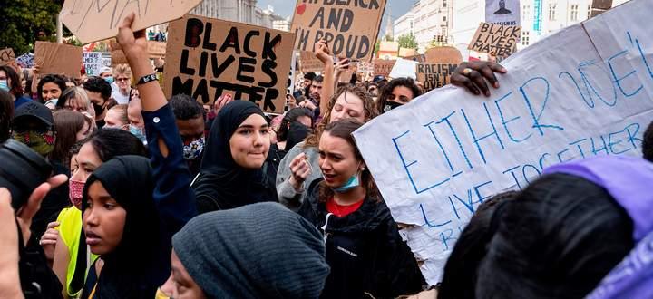 """Rund 50.000 Menschen kamen am Donnerstag zur """"Black Lives Matter""""-Demo in der Wiener Innenstadt. Die Abstandsregel wurde zumeist ignoriert."""
