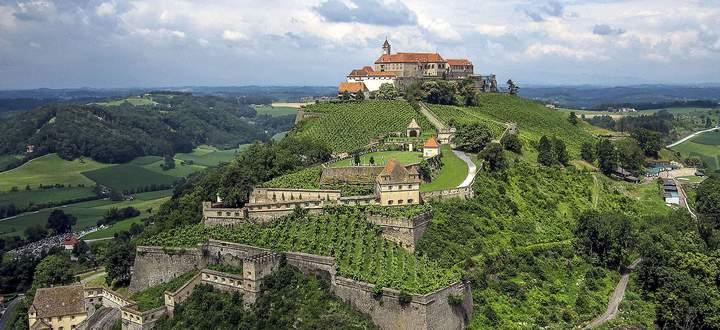 Auf einem Basaltfelsen ragt die berühmte Riegersburg auf.