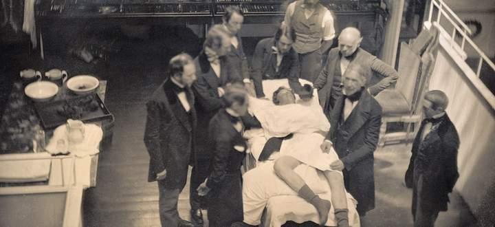 Der Patient scheint zu schlafen. Die erste Operation mit Äthernarkose erfolgte in den USA (Boston). Hier ein Foto von 1846/47.