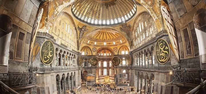 33 Meter beträgt der Durchmesser, 56 Meter die Höhe, die Last liegt auf nur vier Pfeilern. Isidor von Milet und Anthemios von Tralleis sich auf spätantikes Wissen, das dann verloren ging.