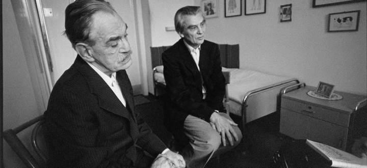 Der österreichische Dichter Ernst Herbeck mit dem Arzt Leo Navratil im Haus der Künstler in Maria Gugging, 1982.