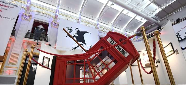 """Der martialische """"Tod einer Telefonzelle"""" passierte 2006 über Nacht in Soho, London. Eine Reproduktion von Banksys Tat ist jetzt in den Sofiensälen mit roten Kordeln gesichert."""