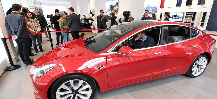 OFFIZIELLE PRAeSENTATION TESLA 'MODEL 3' IN OeSTERREICH