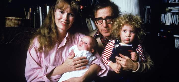 Vier Jahre vor Ausbruch des Familienkriegs: Woody Allen mit seiner damaligen Partnerin Mia Farrow und den Kindern Satchel und Dylan (links).