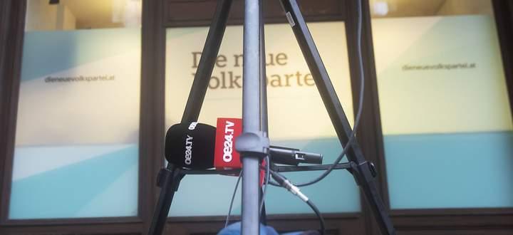 """Die Tageszeitung """"Österreich"""" hat inzwischen auch einen Radiosender und seit 2016 den TV-Ableger oe24.tv (Im Bild ein oe24.tv-TV-Mikrofon vor der ÖVP-Zentrale in Wien)."""