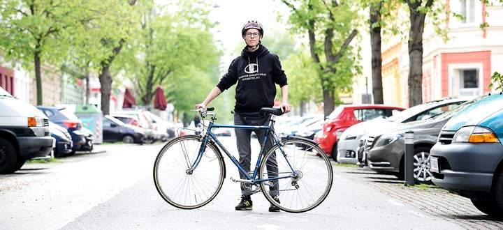 """Mechanikerin Petra Moser in der Ottakringer Hasnerstraße. Wiens einst erster """"fahrradfreundlicher Straße"""" – von denen es bald noch mehr geben soll."""