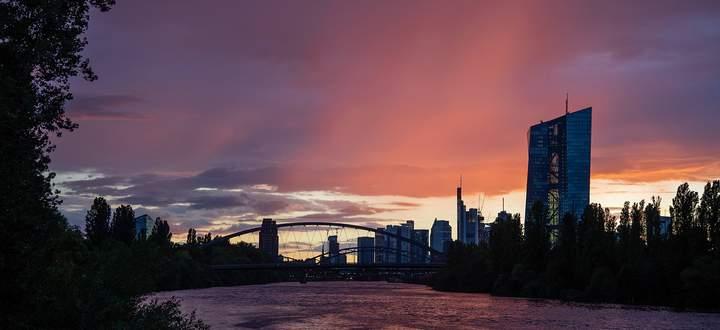 Intensives Abendrot �ber Frankfurter Skyline Nach einem Schauer erscheint der Himmel �ber der Frankf