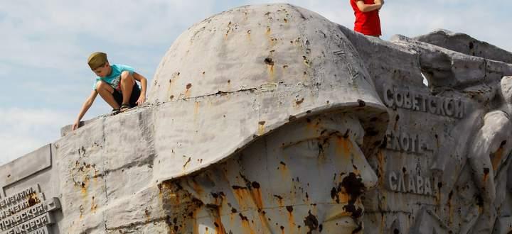 Rostiger Ruhm. Das im Ostukraine-Krieg zerstörte Denkmal zu Ehren der Roten Armee von Saur-Mogila im Separatistengebiet.