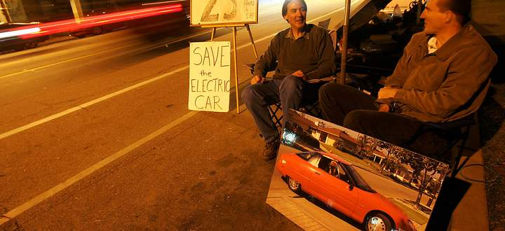 Ausdauernd: Zwei Aktivisten und frühere EV1-Nutzer protestieren nahe der Schrottpresse des Werksgeländes von GM.