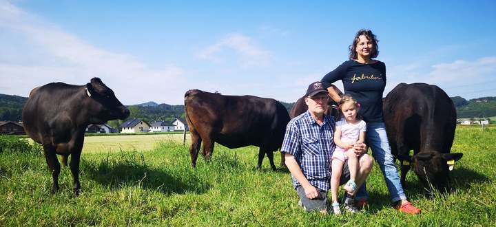 Anton Leitner mit Frau Doris und Enkelin Katharina inmitten der Rinder.