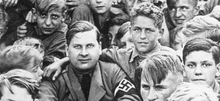 Baldur von Schirach auf dem Reichsparteitag 1938 im Kreis seiner Hitlerjugend.