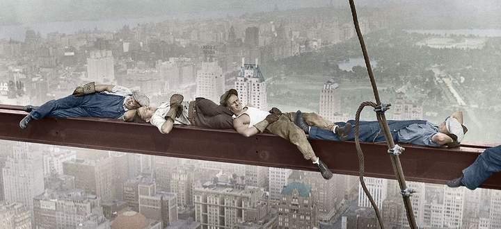 Kurze Pause auf einem Stahlträger in 240 Metern Höhe für Bauarbeiter, die in Manhattan in den Dreißigerjahren das RCA Building errichten.