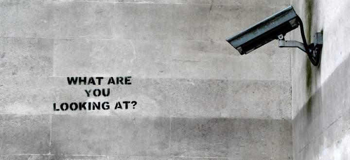Der britische Graffiti-Künstler, bekannt unter dem Pseudonym Banksy, verspottet die Überwachung im Zentrum Londons.