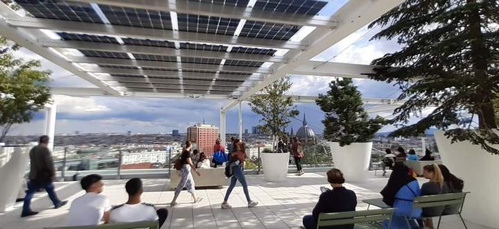 Durchatmen nach dem Einkaufsbummel: öffentliche Dachterrasse mit Fernblick auf dem neuen Ikea-Gebäude, Wien.